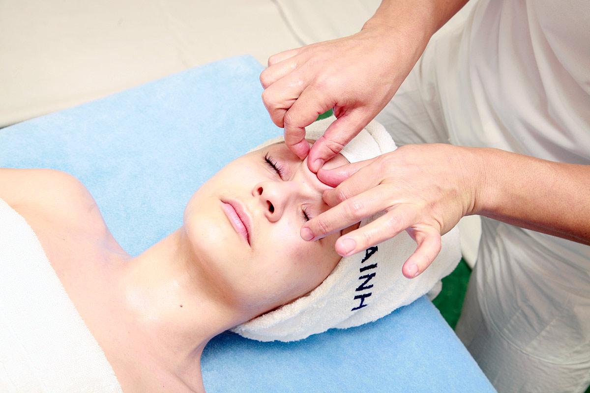 Реафирмирующий массаж лица Лицо человека является своеобразным экраном на котором отражаются как положительные так и отрицательные эмоции причем последние делают изменения